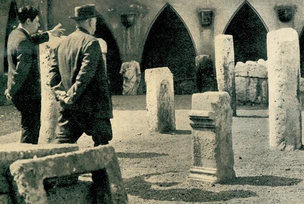 Dr. Fitz Jenő körülvezeti Veres Pétert a múzeum kőtárában, 1965 (Fotó: Zaránd Gyula)